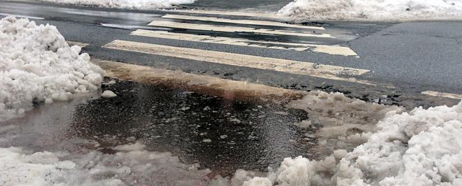 tauender Schnee versperrt Fußwege