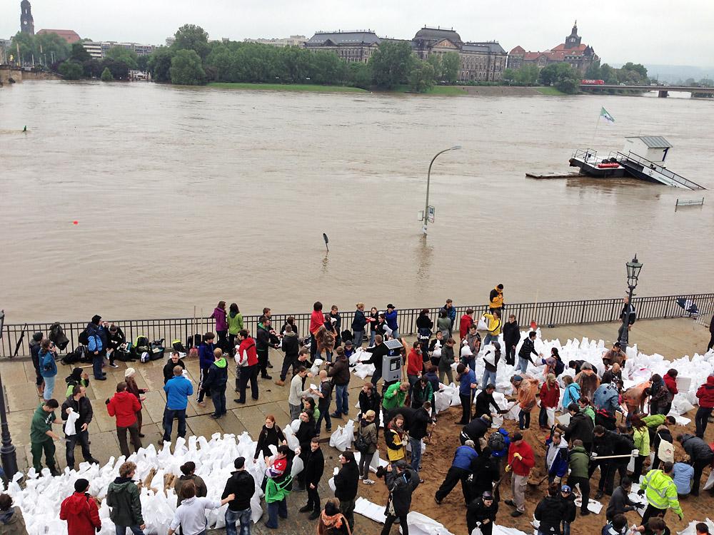 Fluthelfer am Terrassenufer - 04.06.2013, 11.00 Uhr, Pegel ca. 7,50 m