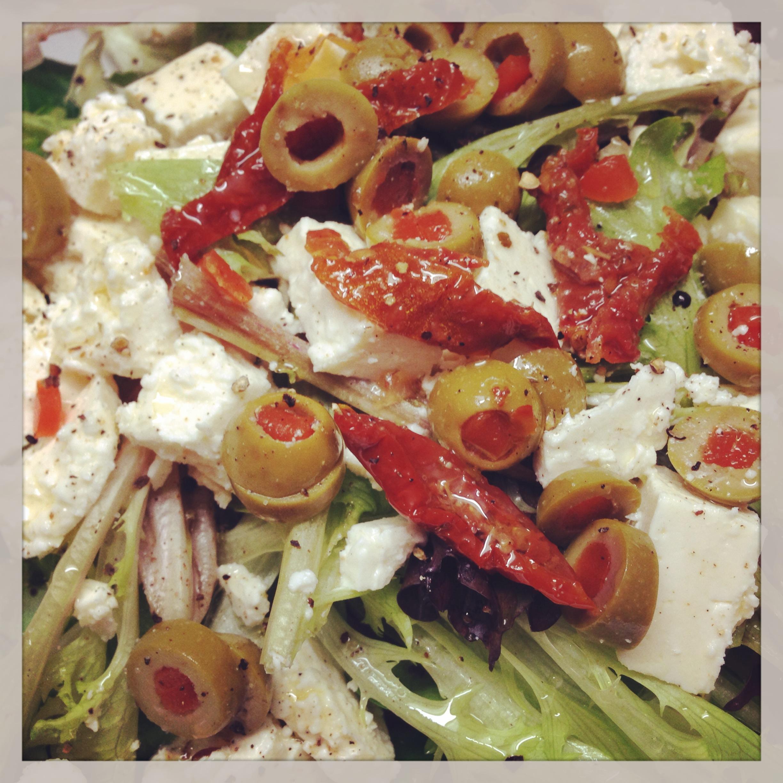 Frisée mit Feta und Oliven
