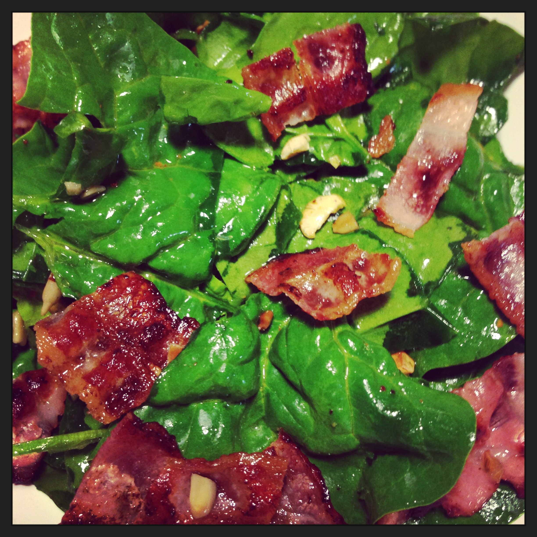 frischer Spinat mit Bacon und Vogelfutter