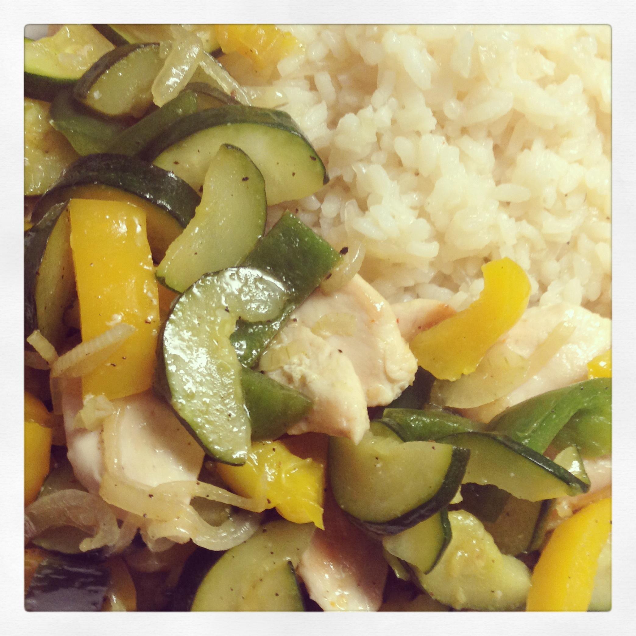 Warmer Salat: Zucchini/Paprika-Pfanne mit Risotto