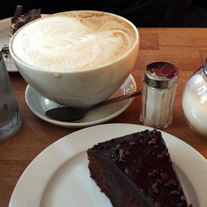 Milchkaffee mit Schokotorte